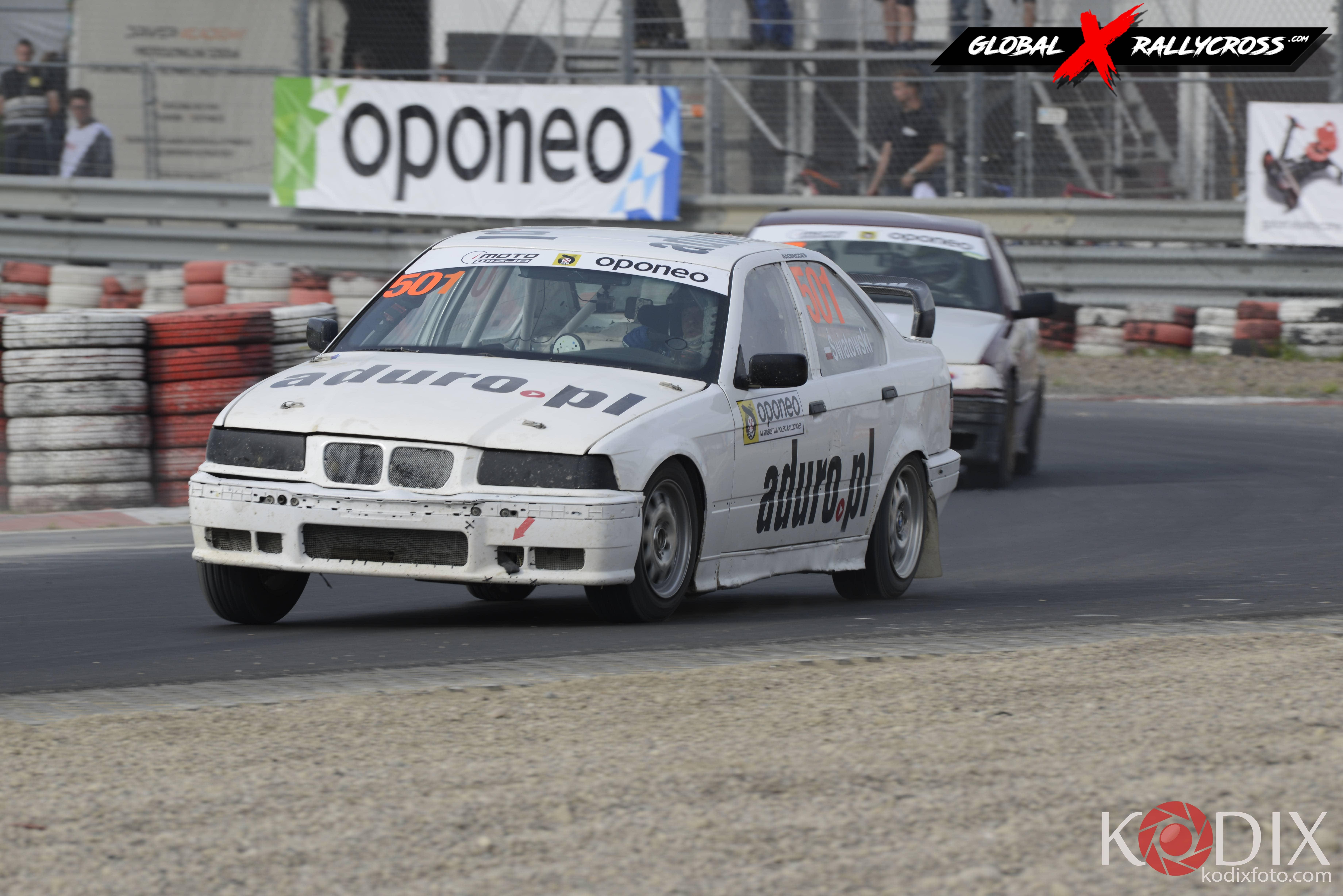 Biały Drań w tylnonapędowym BMW klasy RWD Cup